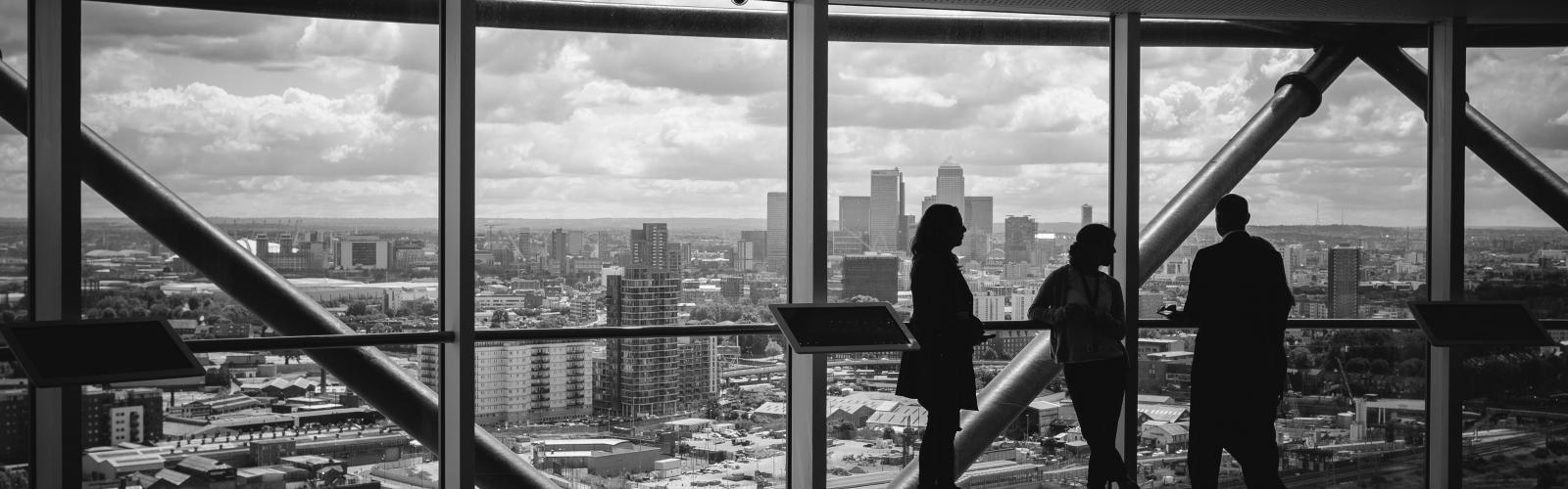 mensen in een kantoorgebouw met uitzicht op de stad