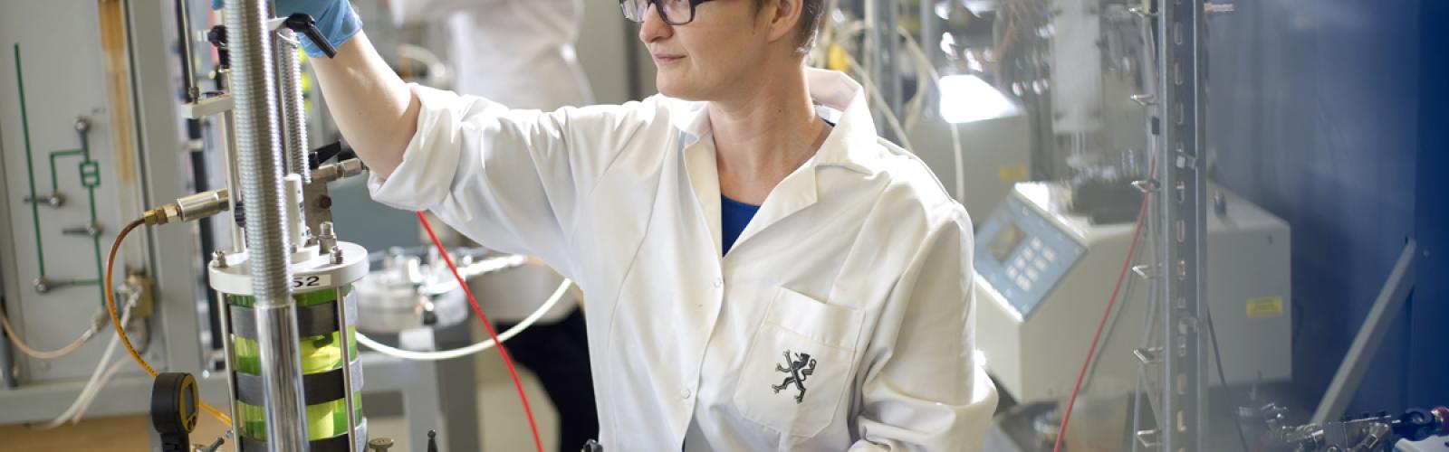 Mensen doen onderzoek in labo