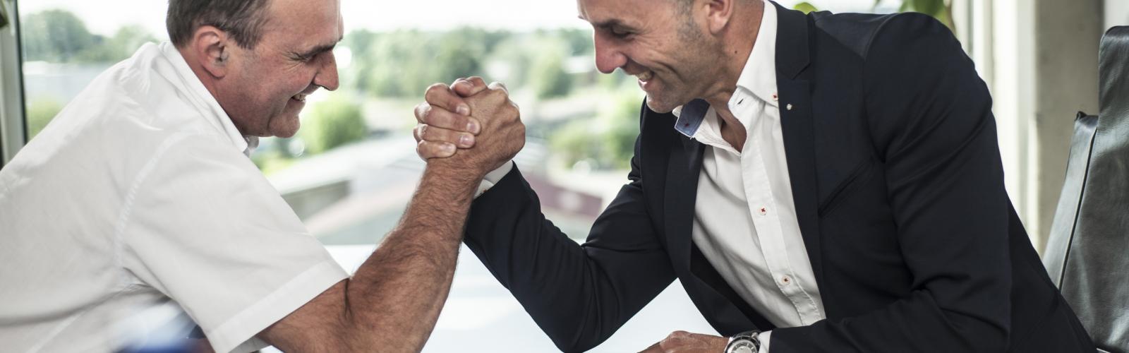 Twee mannen zijn aan het armworstelen