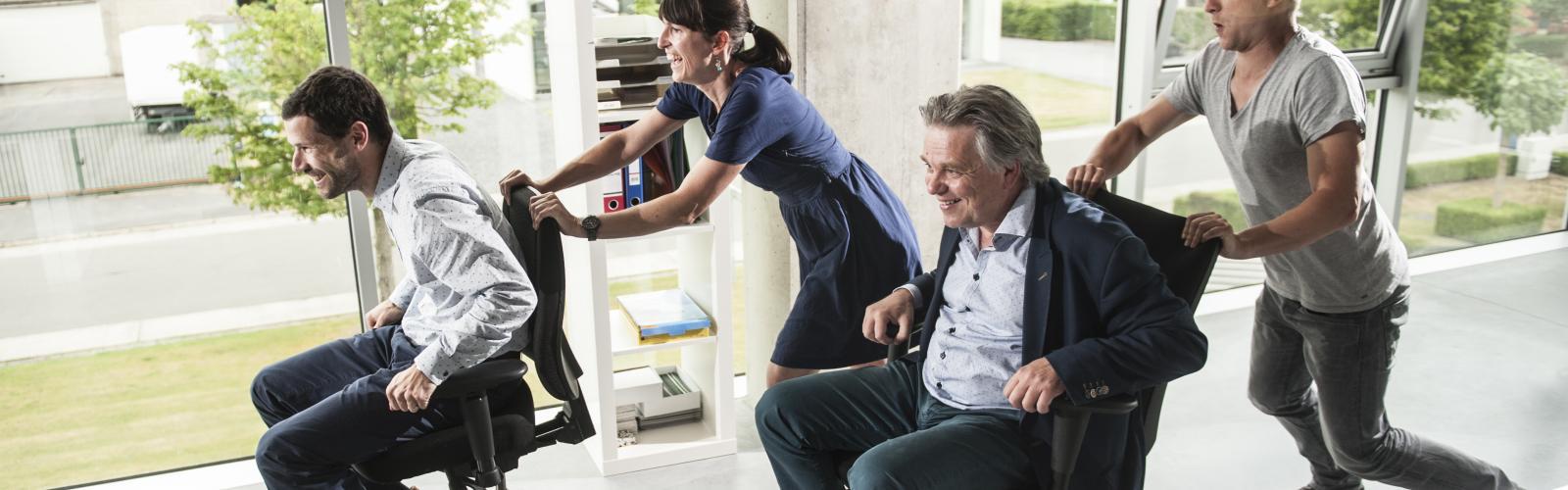 collega's maken plezier race met bureaustoelen