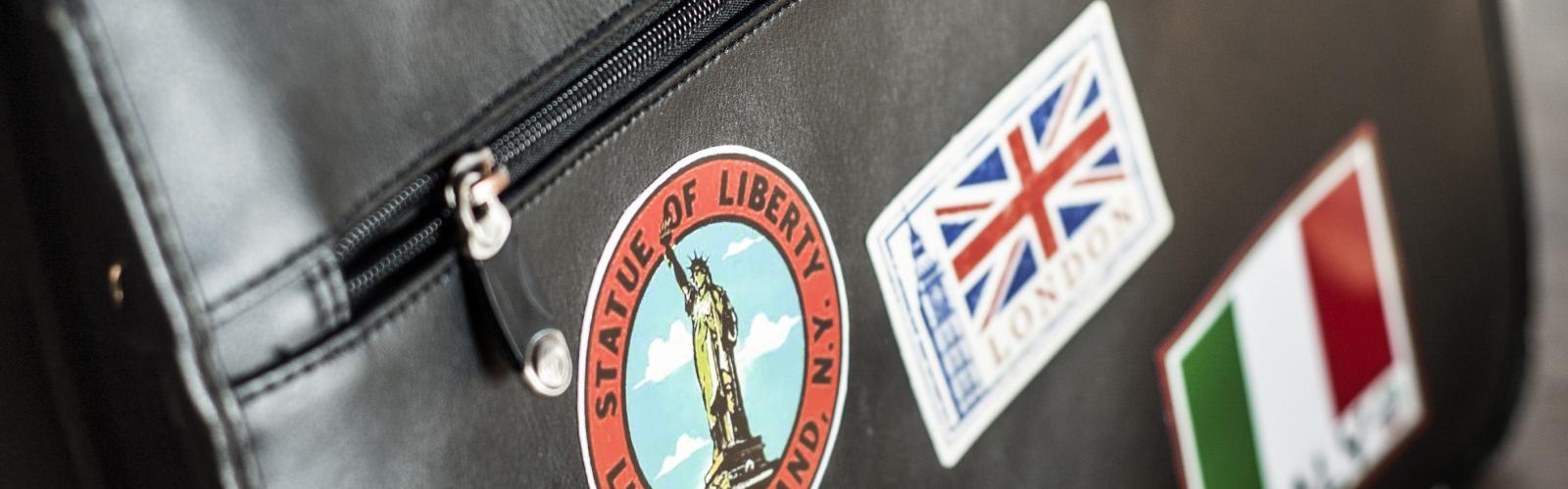 werktas waar stickers opgeplakt zijn van verschillende landen