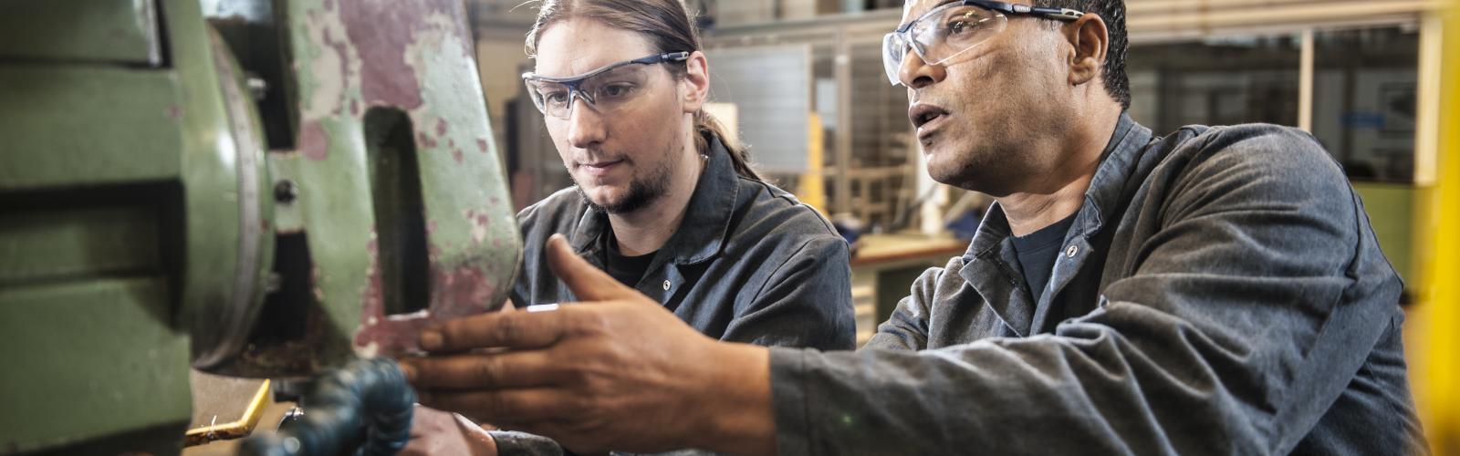 arbeiders werken aan een machine