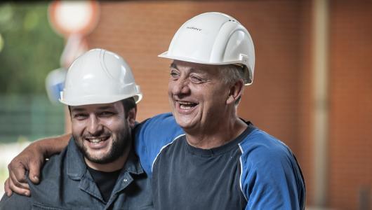 2 werknemers maken plezier met elkaar