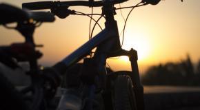 fiets in het avondlicht