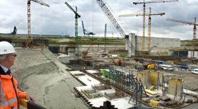 Man overschouwt grote bouwwerf