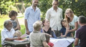 Mensen bespreken hun plannen in open lucht