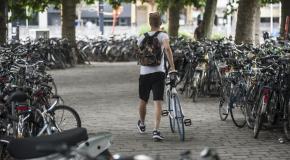 man vertrekt met de fiets