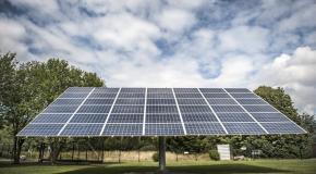 zonnepanelen op staander in de weide